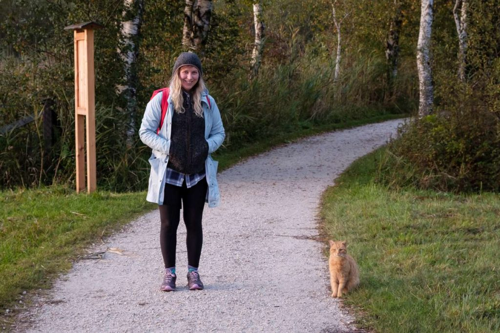 Caroline standing side by side with the cat who walked around Wolfgangsee with us