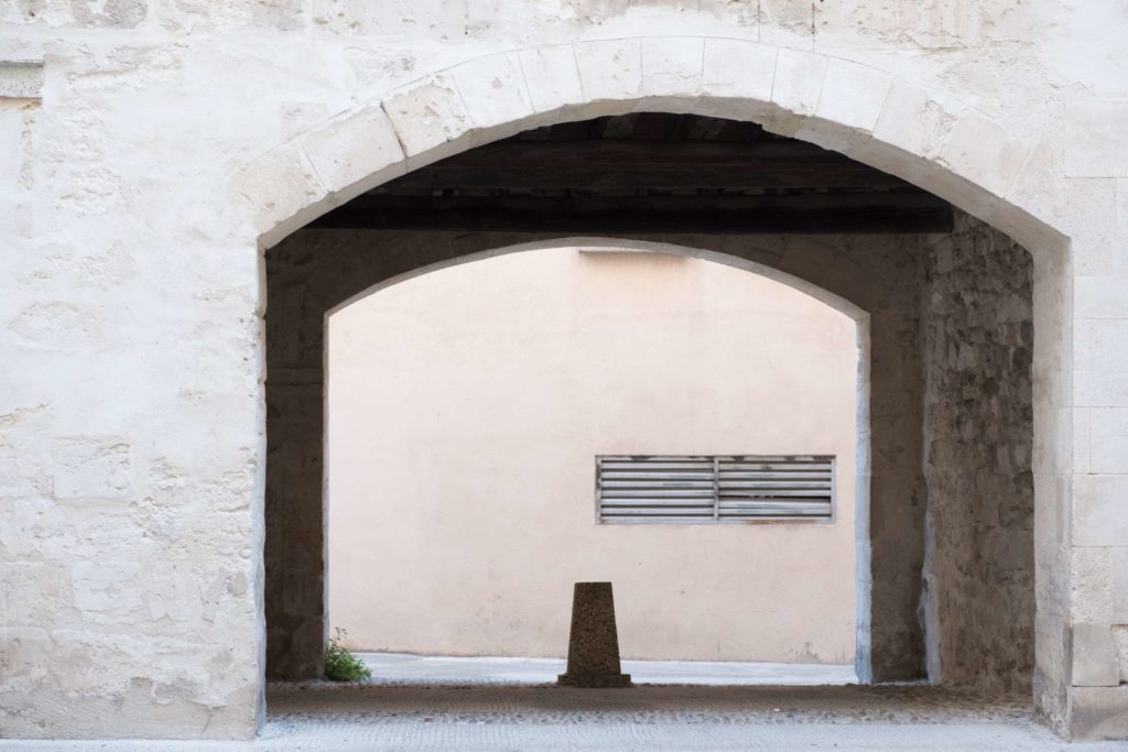 Simplicity in Arles, archways between buildings
